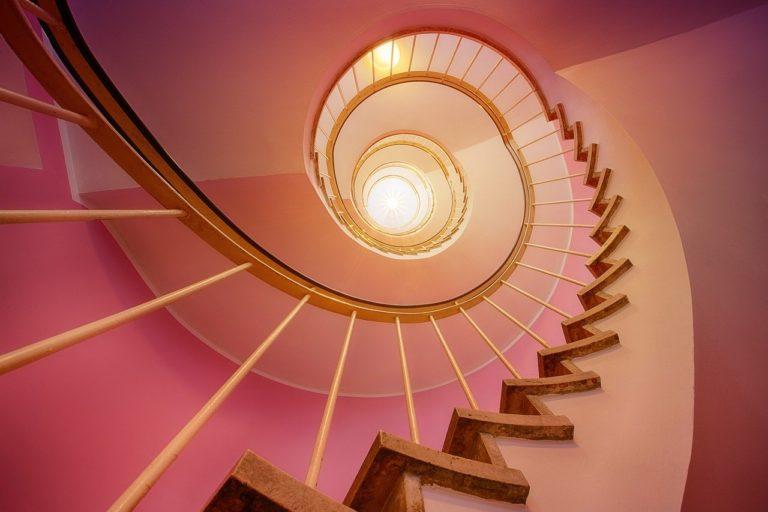 Stylowe gięte schody