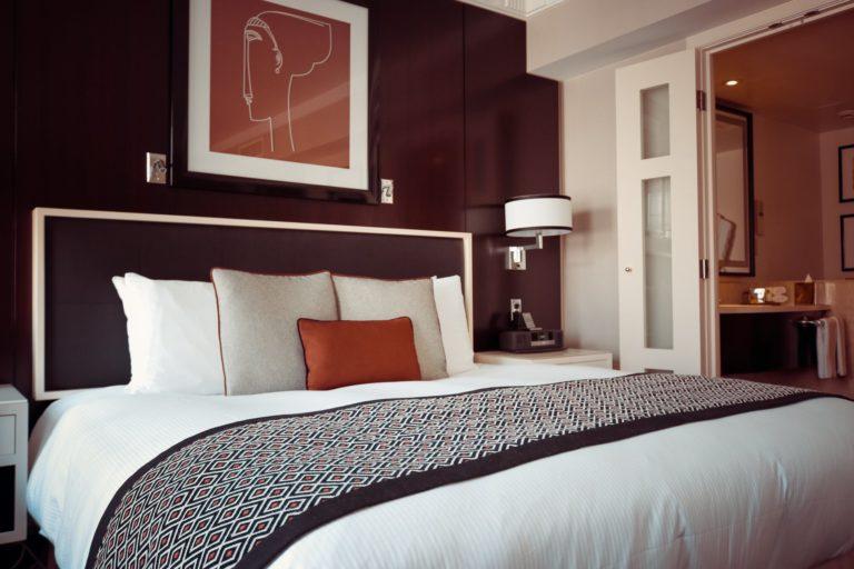 Jak urządzić niewielką sypialnię aby była stylowa i relaksująca
